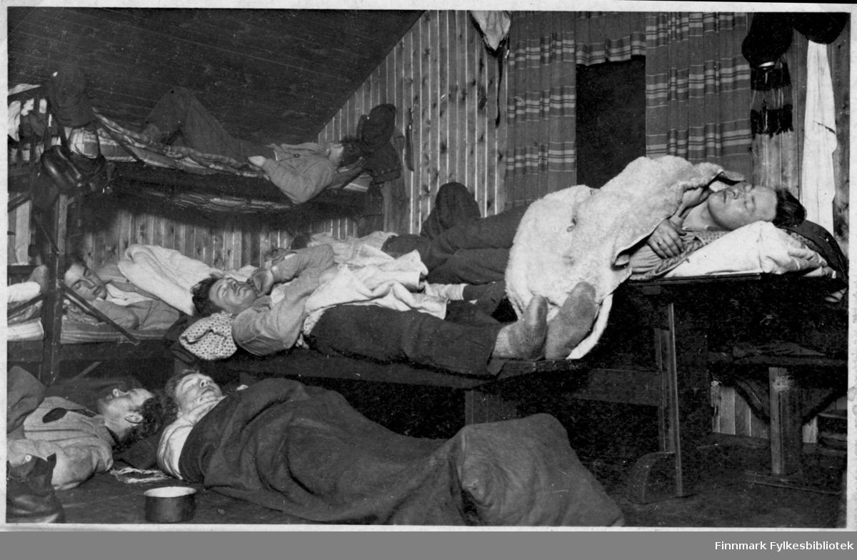 Garnisonen i Sør-Varanger. Gruppebilde fotografert inne i brakka. Soldater slapper av i sengene