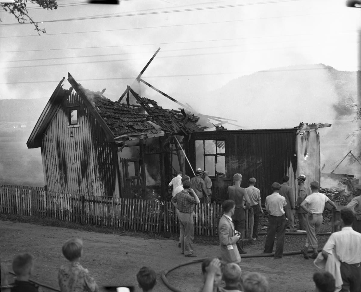 Fotodokumentasjon fra avisen Vardens fotojournalister 15.06.1953. Brann i bolig med publikum foran i bildet
