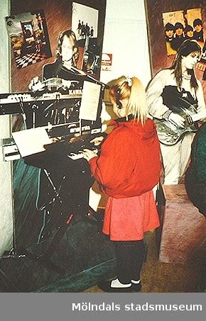 En flicka står i utställningen på Mölndals museum, 1991.