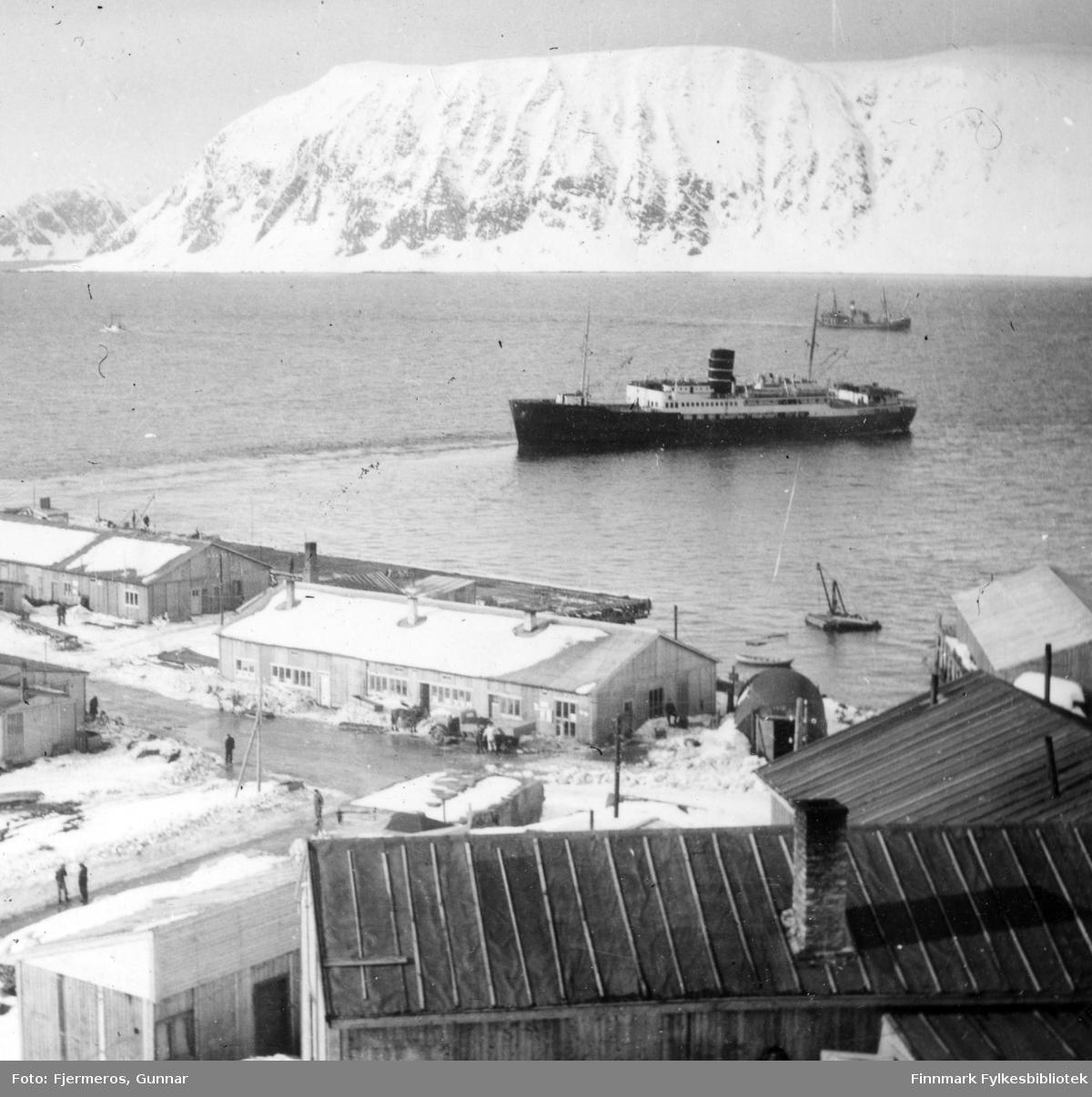 Hurtigruteskipet D/S Nordstjernen fotografert i havna i Honningsvåg en vinterdag i 1947.