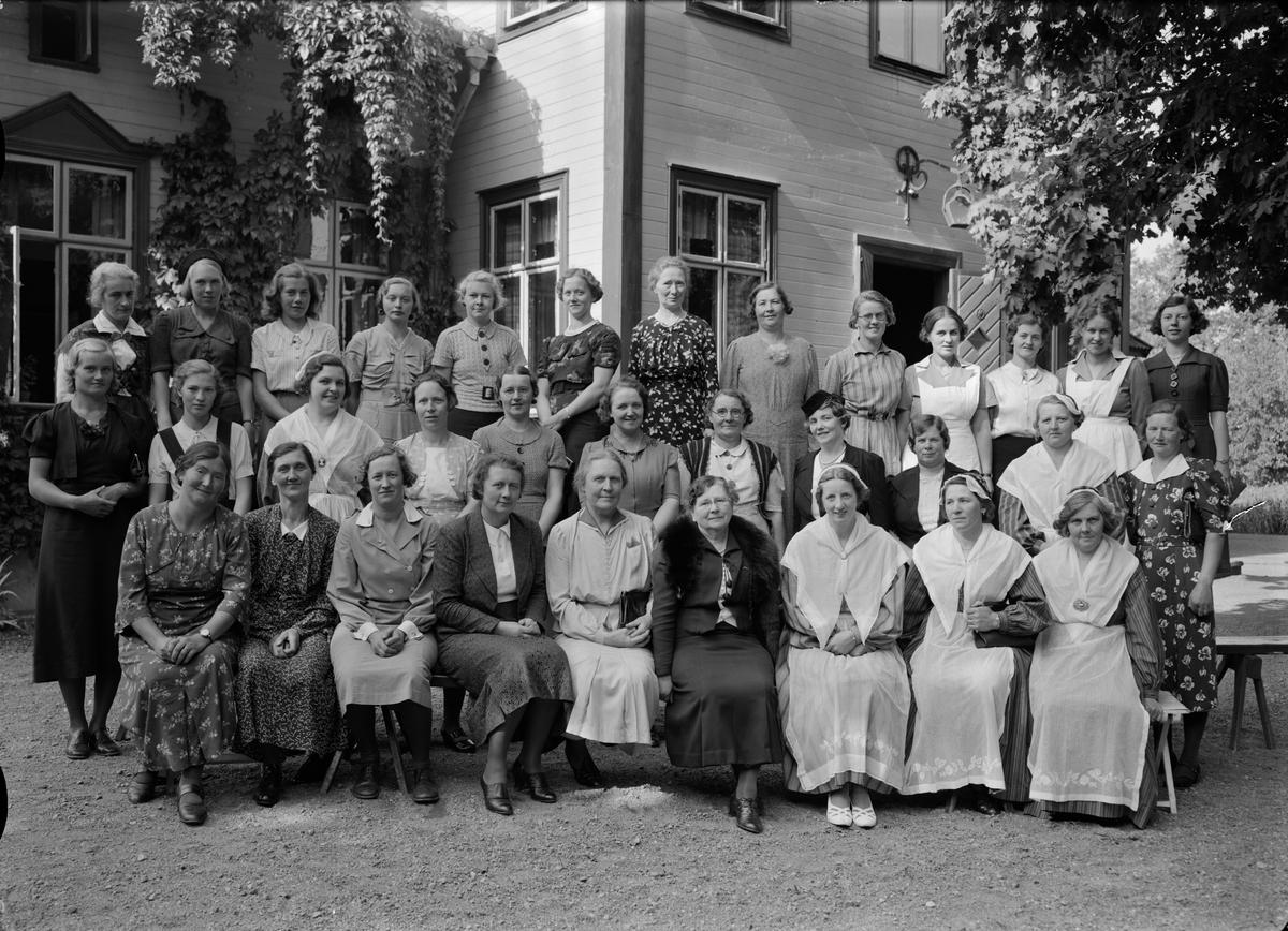 Grupporträtt - kvinnor, varav några med Upplandsdräkten, sannolikt Uppsala, september 1938