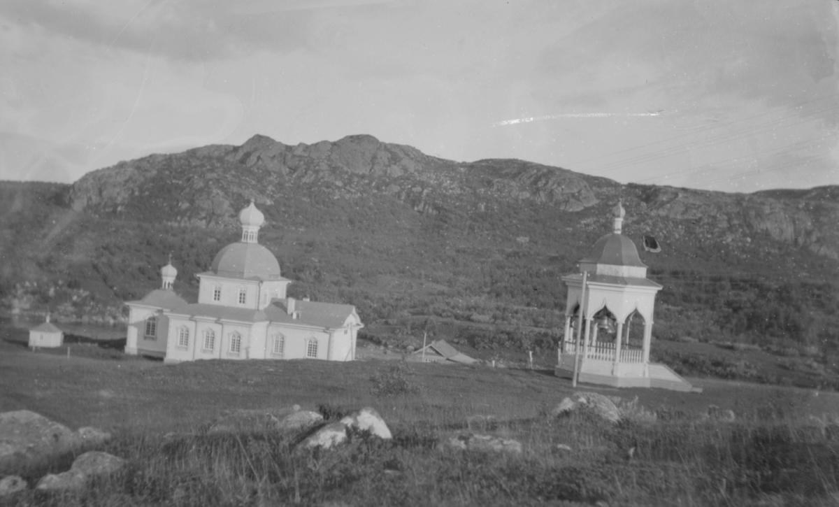 På bildet ser vi Kristi fødsels kirke i Nedre Kloster, Petsjenga. Petsjenga (finsk Petsamo, russisk Печенга, nordsamisk Beahcán, skoltesamisk Peäccam) i den sørlege delen av Pasvikdalen er et russisk område på 10 470 km2 i distriktet med samme navn. Distriktet  ligger i Murmansk oblast og grenser mot Norge. Kirken ble bygget 1908-11, ødelagt i brann 2007. Treenighetskirken sto i Øvre Kloster.