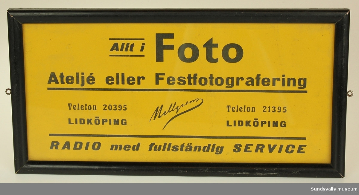 Bär texten Allt i foto atelje eller festfotografering telefon 20395 Lidköping Radio med fullständig service. Svart tryck på gul botten.