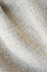 """Utdrag ur katalogkort: """"Varp 7-8 tr/cm  Inslag 9-10 tr/cm Överdel vävd i 4-skaftad liksidig kypert. Varp och inslagsgarn z-spunnet, otvinnat blångarn. Vådbredd ca 57 cm. Enligt analys av Maie-Louise Wulfcrona 1992 är garnet av hampa... Ingrid Frankow 1992"""" Anm: Ingrid Frankow använder benämningen 'hampstry', istället för 'hamptry'. Denna uppgift är funnen i uppteckningar och finns också i Richters dialektala lexikon.  Överdelssärk av grovt oblekt handspunnen hampa och humle. Överdel av dubbelvikt bålstycke, fastsydd remsa bak, 13 cm. Teknisk analys har visat att tyget är i hampa. Vävd i 4-skaftad liksidig kypert. Garnet är Z-spunnet och otvinnat. Rund halsringning, all ringning på framstycket. Strax under halsringningen mitt fram, påsydd rektangulär tyglapp i halvlinne, 9 cm x 4 cm. Tyglappen har broderier i rosa bomullsgarn: """"KHD"""", med broderade streck mellan bokstäverna, invikta kanter runtom, fastsydd med efterstygn i kanterna. Överdel och nederdel slätt ihopsydda i midjan. Nederdel  glest vävd i tuskaft, enligt uppgift i hampa och humletågor, isydda kilar i ena sidan. Vidsydd ärm med ärmspjäll. Rynkningar mot 1,5  cm bred ärmlinning med fastsydda handvävda knytband i bomull. Överdelssärken är handsydd. Anm: Analys är gjord på överdelen av Marie-Louise Wulfcrona 1992, varp- och inslagsgarnet var hampa. /Inga-Lill Eliasson 2008-02-12"""