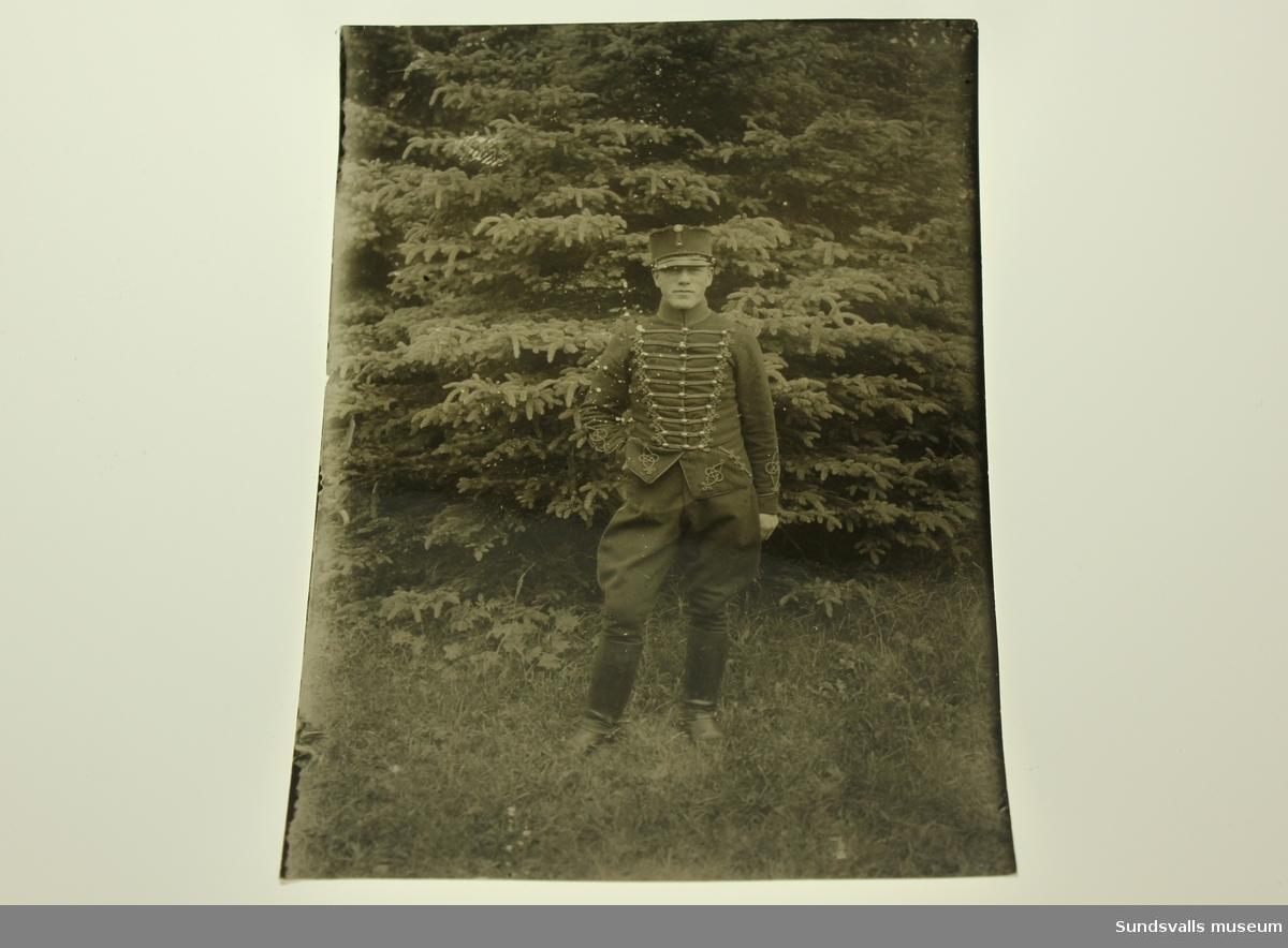 En man iklädd artelleribeklädnad från början av 1900-talet.