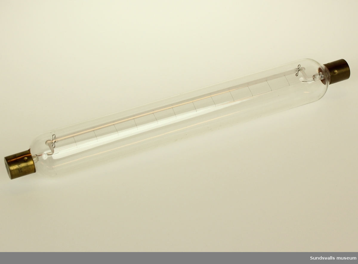 Avlång glaskropp med magnesiumtråd.