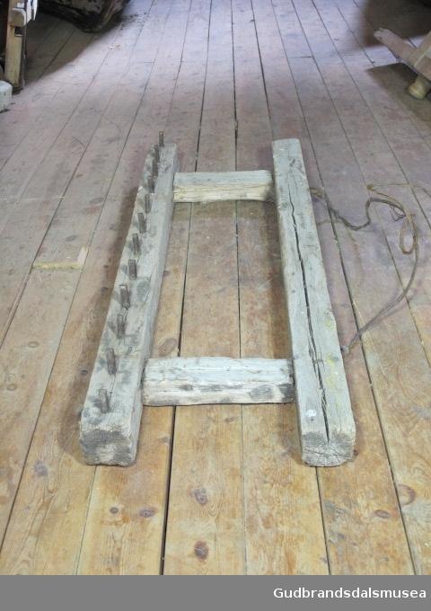 Firkantet treramme med grove jernpigger i. Det er 12 jernpigger i bakre kant. Draget er laget av ståltråd.  Slodden har jernpigger under, slodden brukes for å slette plogforrene. Stein kunne legges på for og tynge slodden ned ved behov.
