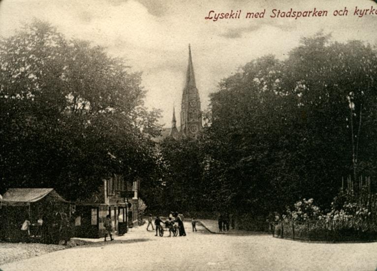 """Enligt uppgift på vykortet: """"Lysekil med Stadsparken och kyrkan""""."""