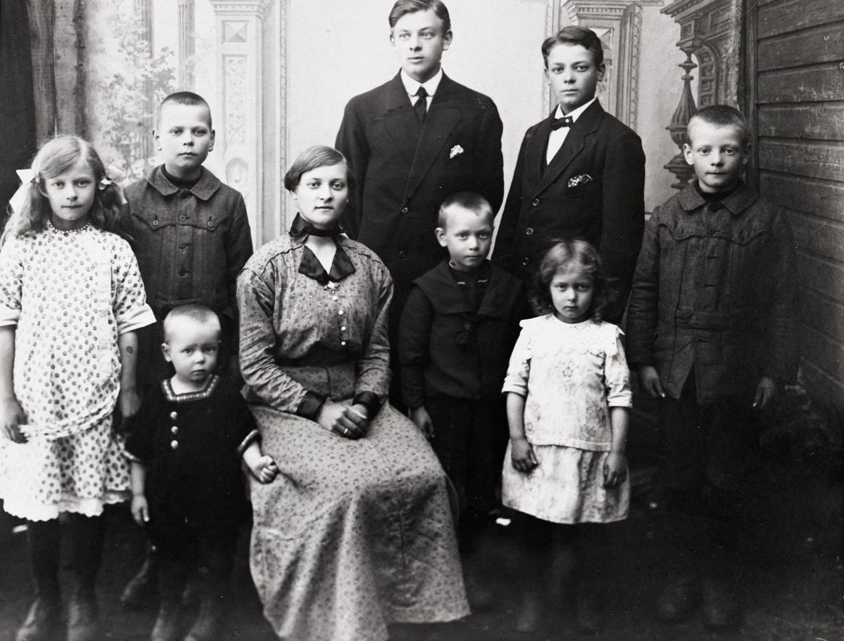 Barna til Ole Meland og Regine Hansdatter, Sigerfjord, Sortland. Bak fra venstre: Edla, Ola, Egil, Harald og Thomas. I fremste rekke fra venstre: John, Astrid (sittende), Viktor og Julia.
