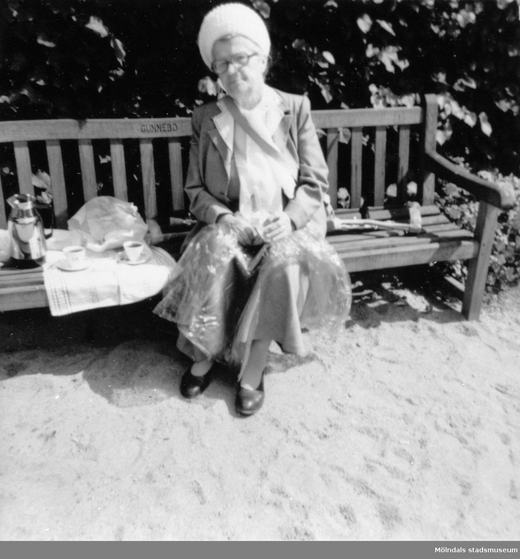 """Anna """"ve sjön"""" (Anna Johansson) sitter på en bänk i Gunnebo slottspark, 1980. Anna hade under 1940-talet arbetat som husa på Gunnebo slott. Hon var vän med Margareta Sparre."""