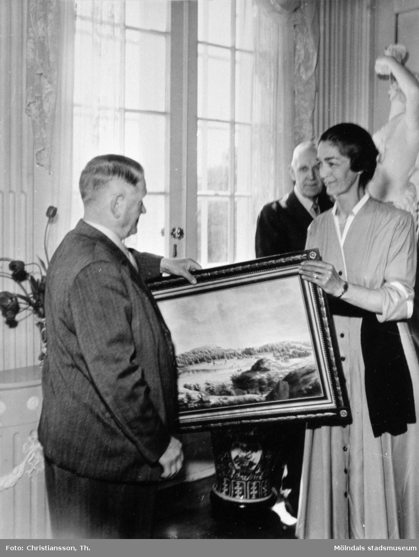 Margareta Sparre överlämnar en Gunnebotavla till Stadsfullmäktige Gustaf Svensson. I bakgrunden står Arvid Posse (amanuens vid Röhsska museet). Gunnebo slott 1949-05-25.