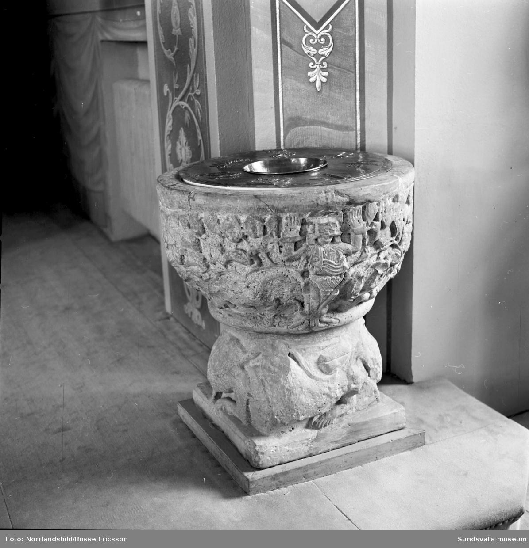Dopfunten i Sköns kyrka är en av kyrkans äldsta inverntarier. Den är huggen ur gotländsk sandsten på 1100-talet av Semibyzantios.