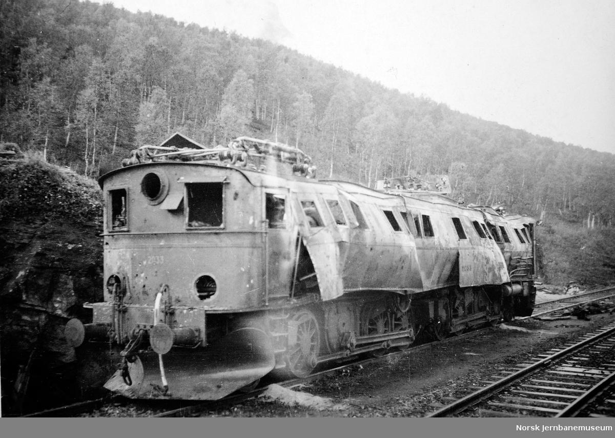 Sprengt elektrisk lokomotiv El 3 nr. 2033 på Straumsnes stasjon