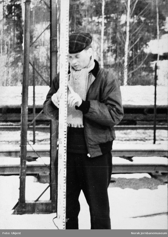 Personalet på banemesterkontoret, Lillestrøm, vinteren 1962 - Svestad filosoferer