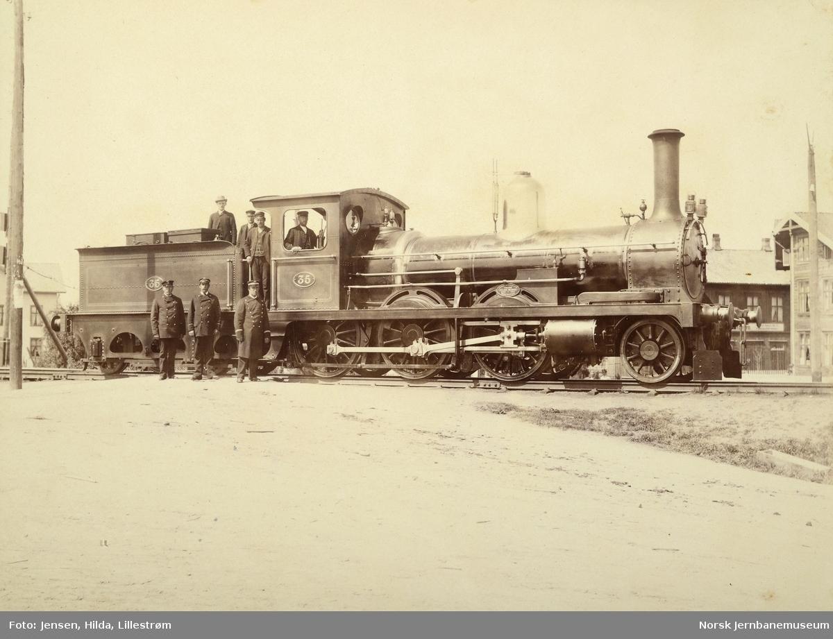 Hovedbanens damplokomotiv nr. 35 med jernbanepersonale på Lillestrøm stasjon
