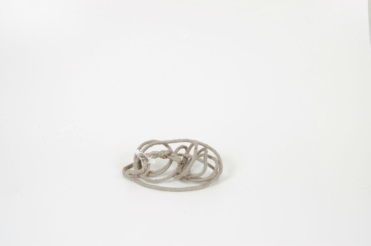 Form: tynt, rundt tau med lita løkke i ene enden