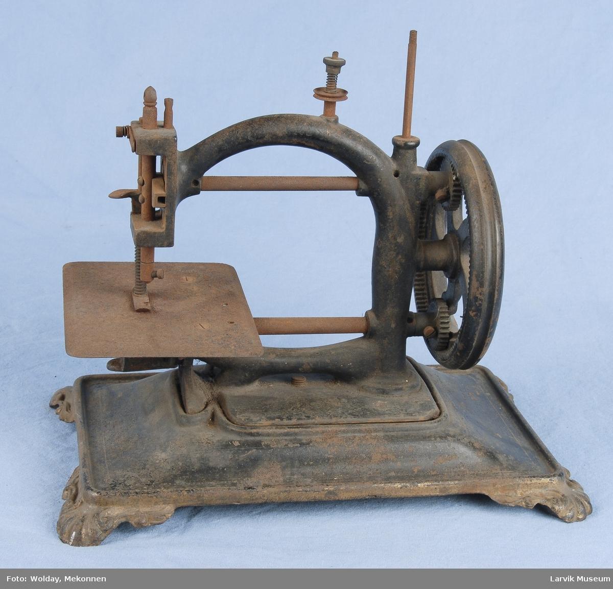 Form: maskinen står på en plate av jern med 4 føtter