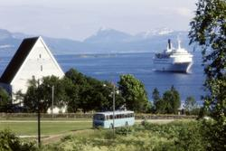 "Turistskipet ""Royal Viking Sea"" utenfor Trondenes kirke. Bus"
