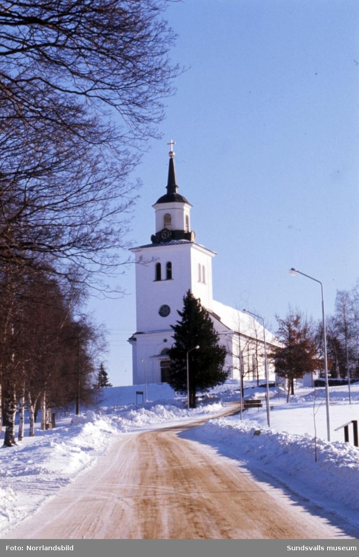 Exteriörbild av Sköns kyrka.