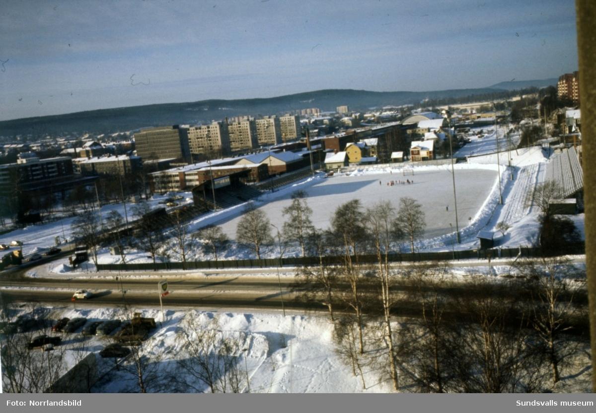 Översiktsbild över Idrottsparken en vinterdag med bandyisen spolad. Bilden är tagen från höghuset på Norrmaln och västerut.