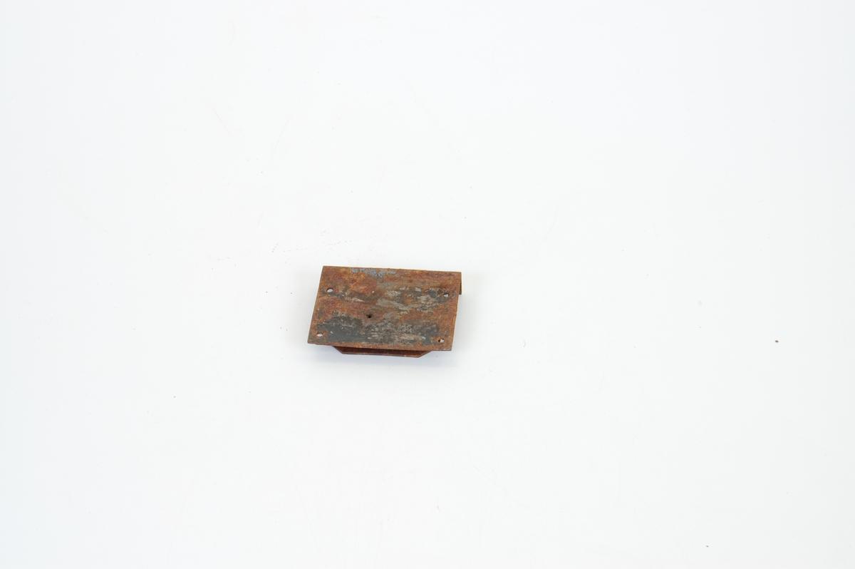 Form: Et stk., avlang, regel, 4 hull til skrufest.