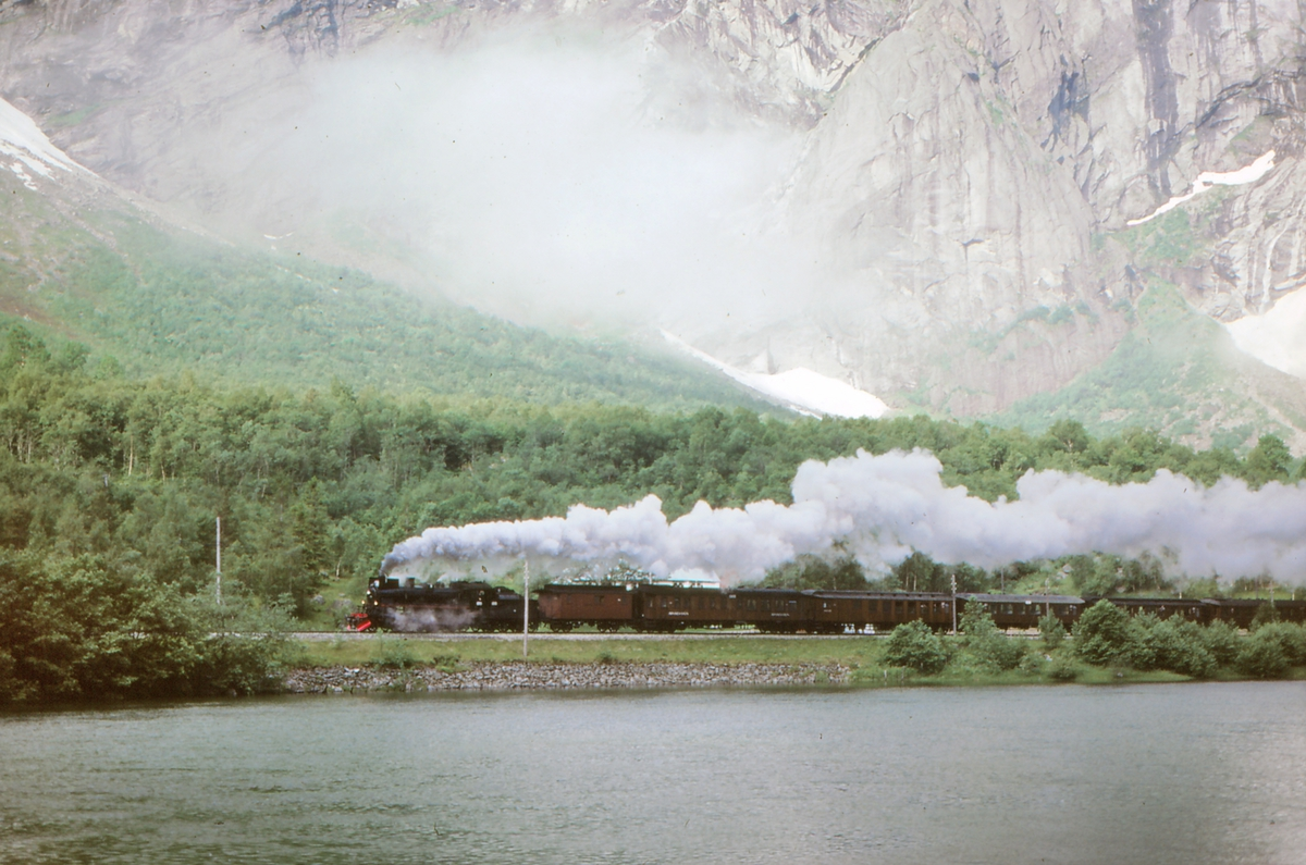 "Damptog med lokomotiv 26c 411 ved Horgheim, langs elven Rauma. Ekstratog ""To Hell with Steam"" for Frank Stenvall."