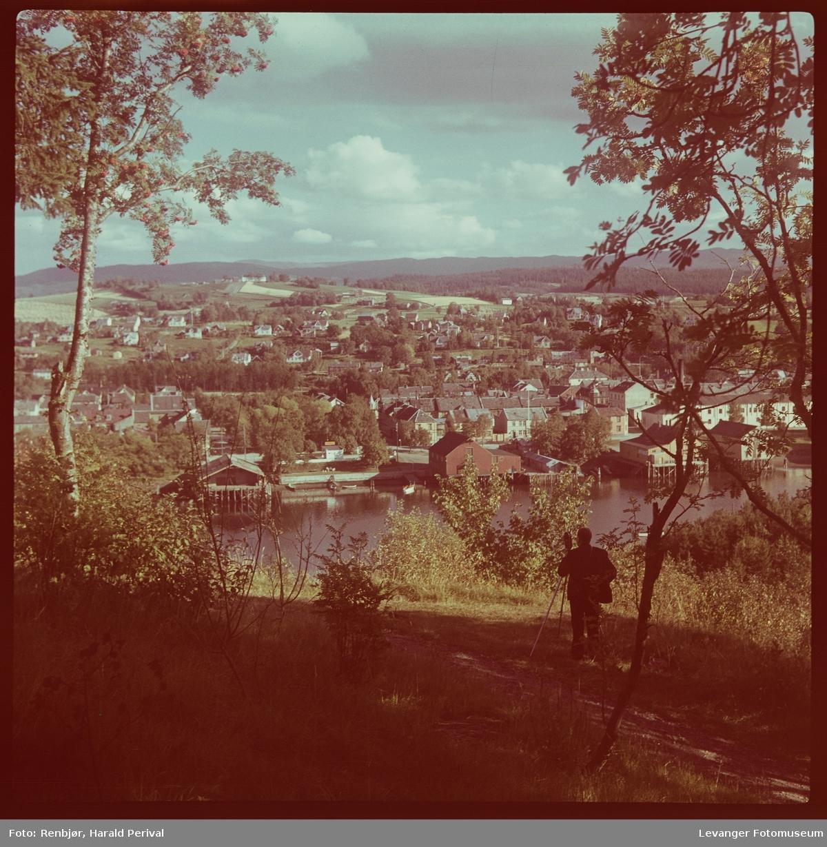Utsikt over Levanger fra Staupshaugen, Harald Renbjør tar opp film.