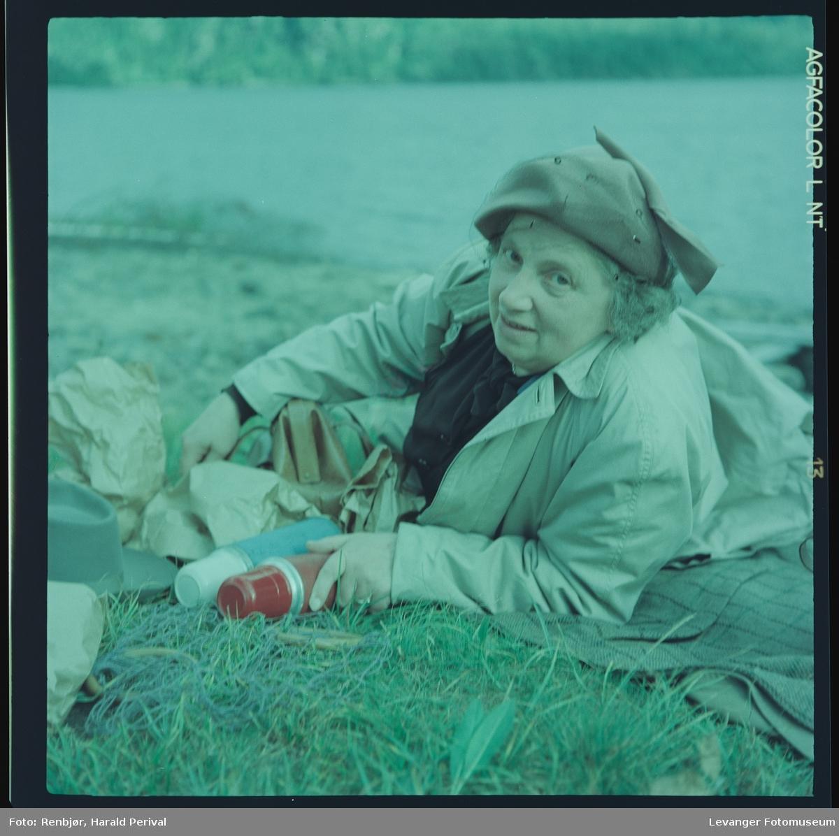 Maghild Renbjør  i gresset ved Grønningen.