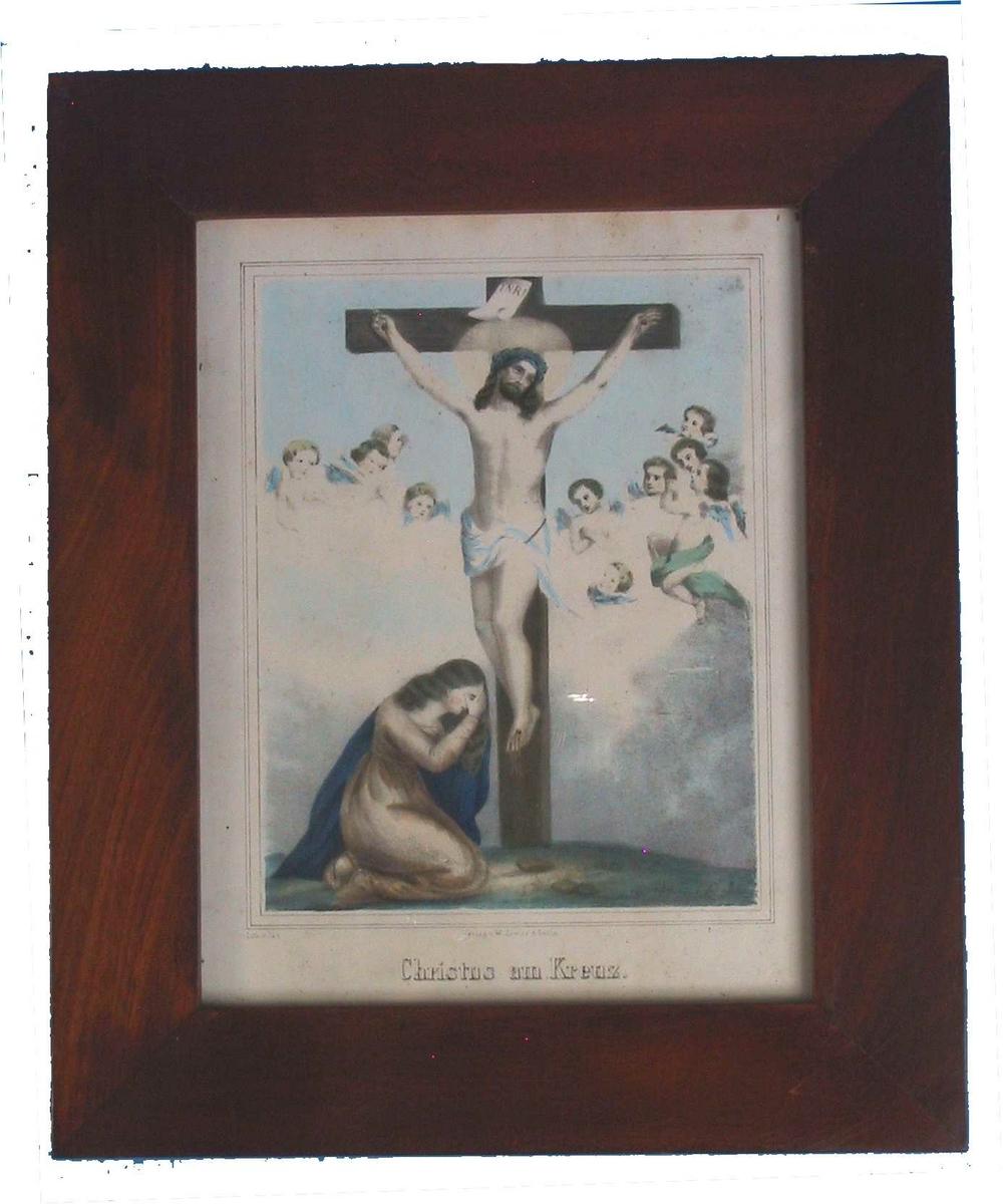 Sentralt i bildet den korsfestede Kristus, tv. ved korsets fot Maria I hvit kjole, håndkolorert med litt brunt og sterk bl pm. englehoder, med lysblå vinger og th. en med lys grønn kappe.