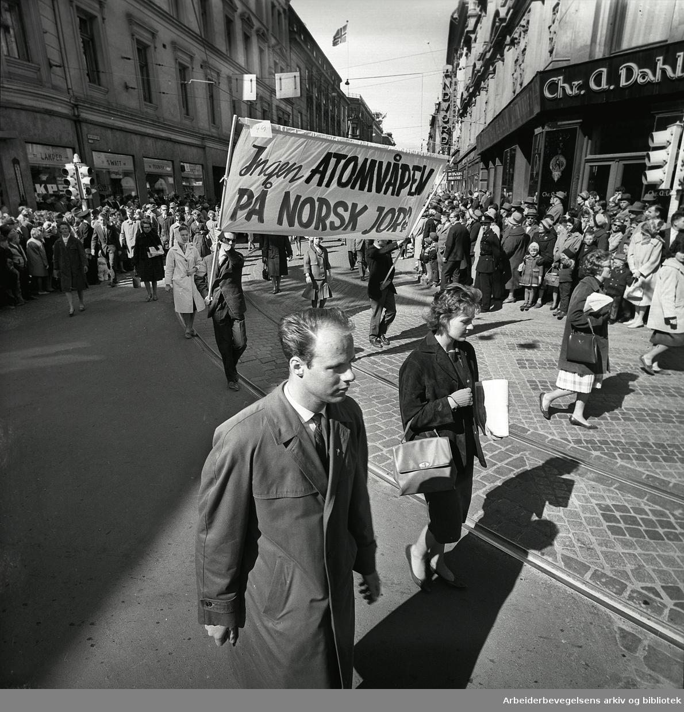 1. mai 1962 i Oslo.Demonstrasjonstoget i Karl Johans gate.Parole: Ingen atomvåpen på norsk jord.
