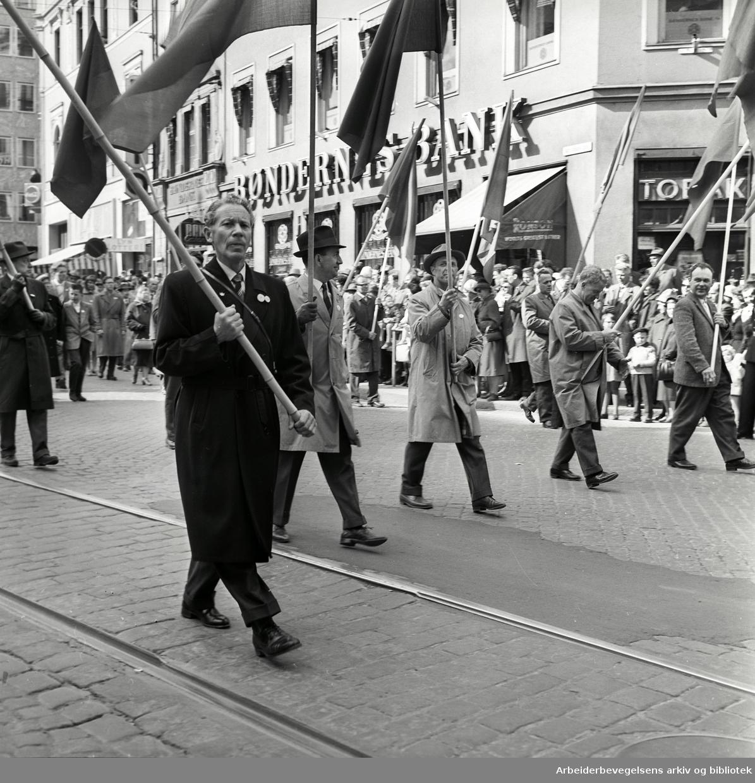 """1. mai 1962 i Oslo.Demonstrasjonstog arrangert av """"Faglig aksjon mot Fellesmarkedet"""" med støtte fra Sosialistisk Folkeparti (SF) og Norges kommunistiske parti (NKP).."""