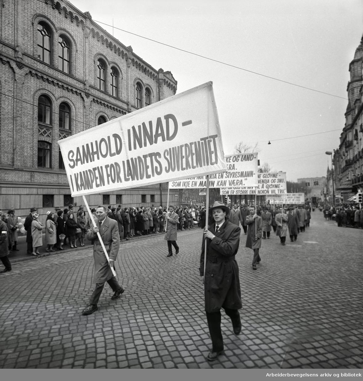 1. mai 1963 i Oslo.Demonstrasjonstoget i Karl Johans gate..Parole: Samhold innad -.i kampen for landets suverenitet