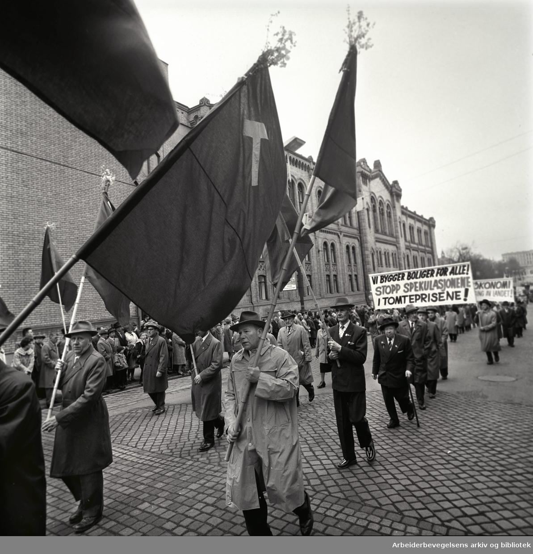 1. mai 1963 i Oslo.Demonstrasjonstoget i Karl Johans gate..Parole: Vi bygger boliger for alle.Stopp spekulasjonene i boligprisene!