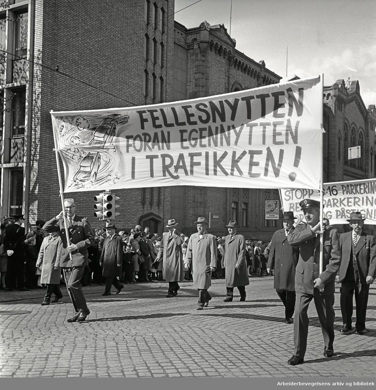 1. mai 1964 i Oslo.Demonstrasjonstoget i Karl Johans gate.Parole: Fellesnytten foran egennytten i trafikken!