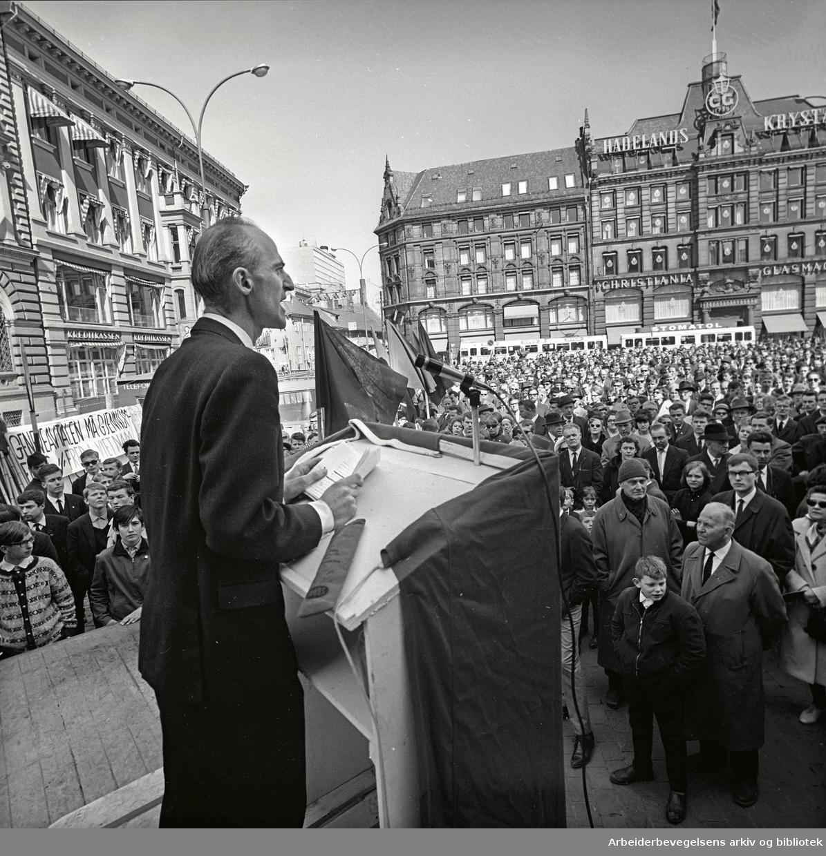 1. mai 1965 i Oslo.Demonstrasjonstog arrangert av SF.Sosialistisk Folkeparti .Stortorget.Finn Gustavsen taler.
