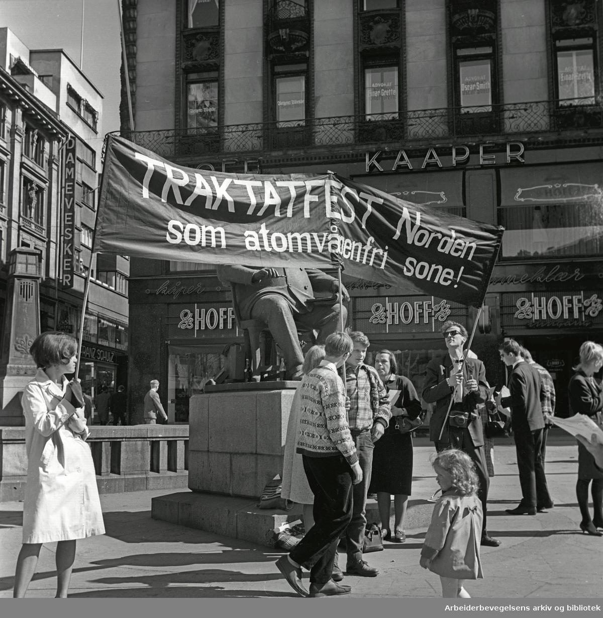 1. mai 1965 i Oslo.Kampanjen mot atomvåpen har stand på Stortings plass (Dasslokket).Parole: Traktatfest Norden som atomfri sone