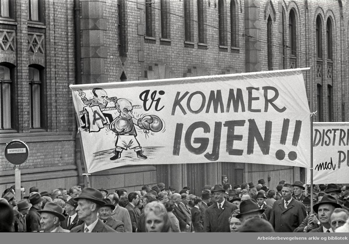 1. mai 1966 i Oslo.Demonstrasjonstoget i Karl Johans gate.Parole: Vi kommer igjen!!