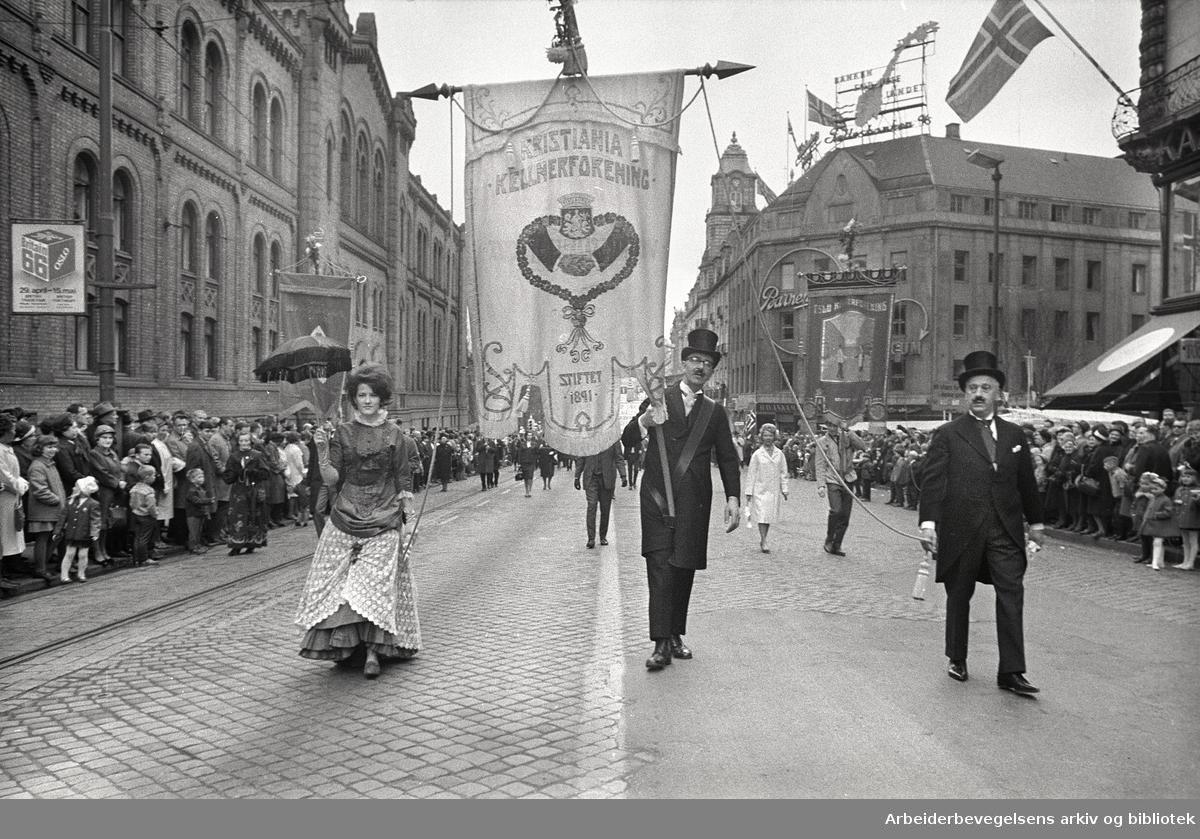 1. mai 1966 i Oslo.Demonstrasjonstoget i Karl Johans gate.Fane: Kristiania Kelnerforening