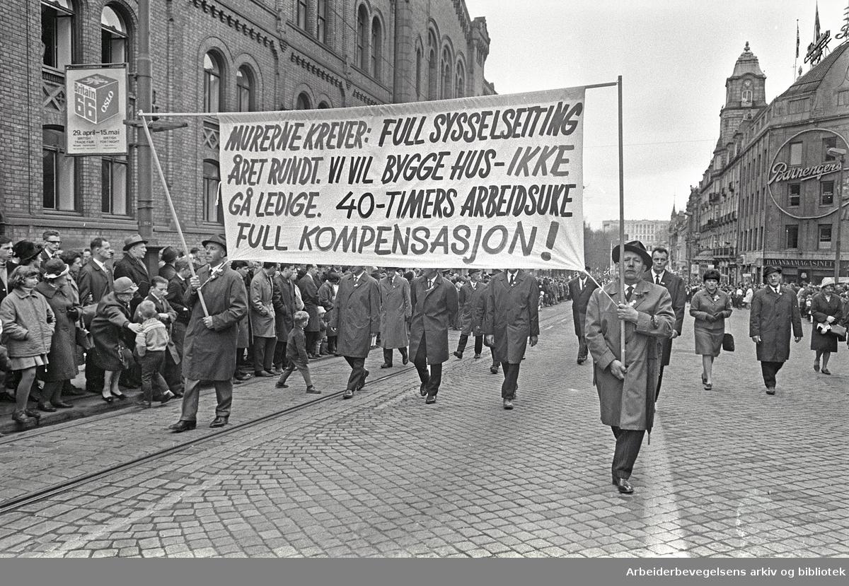 1. mai 1966 i Oslo.Demonstrasjonstoget i Karl Johans gate.Parole: Murerne krever: Full sysselsetting året rundt. Vi vil bygge hus - ikke gå ledige. .40-timers arbeidsuke. Full kompensasjon!