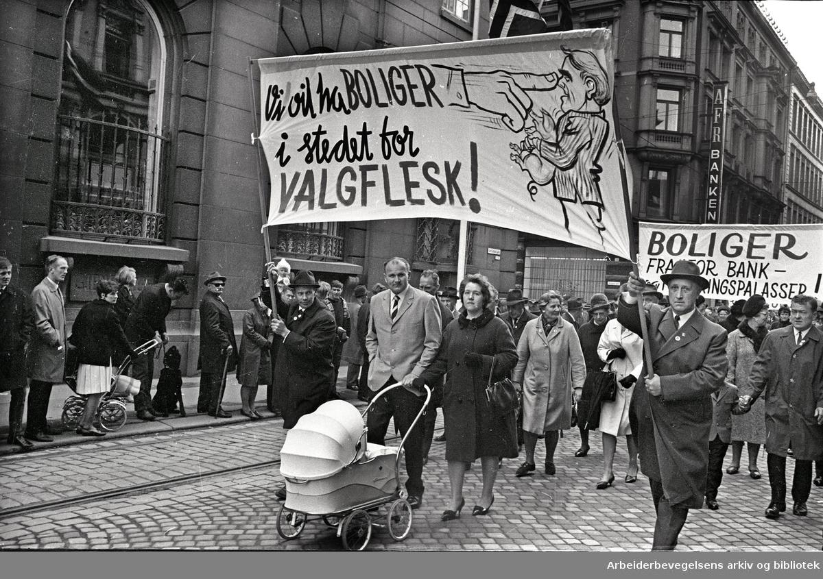 1. mai 1967 i Oslo.Demonstrasjonstoget.Parole: Vi vil ha boliger i stedet for valgflesk!..