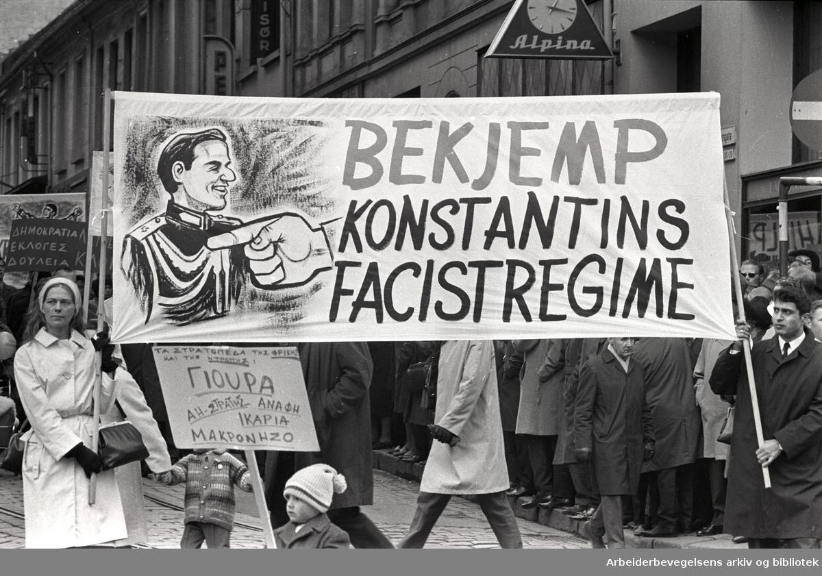 1. mai 1967 i Oslo.Demonstrasjonstoget i Karl Johans gate.Parole: Bekjemp Konstantins facistregime