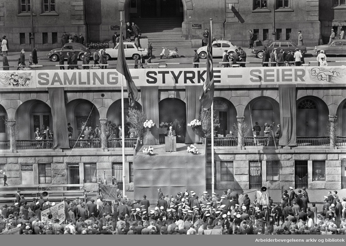 1. mai 1967, Einar Gerhardsen taler på Youngstorget. Parole: Samhold- Styrke- Seier.