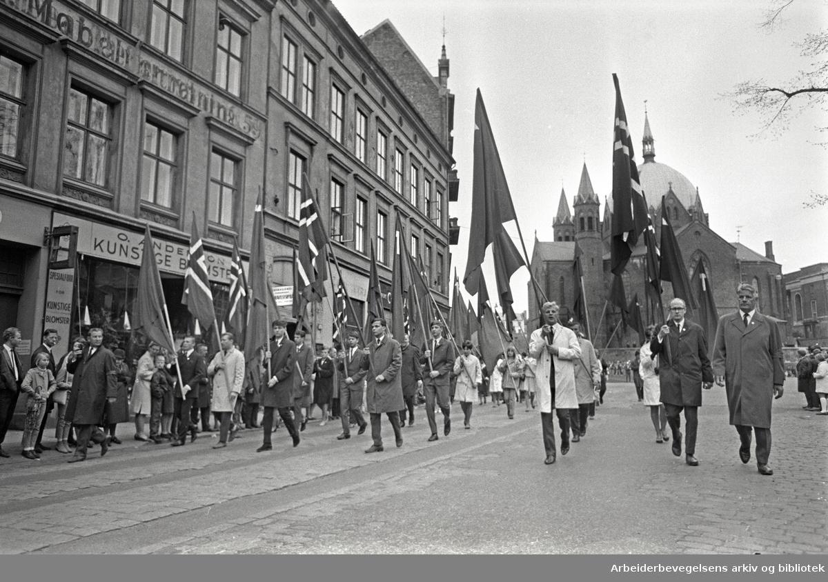 1. mai 1968 i Oslo.Demonstrasjonstoget i Akersgata.Flaggborg..