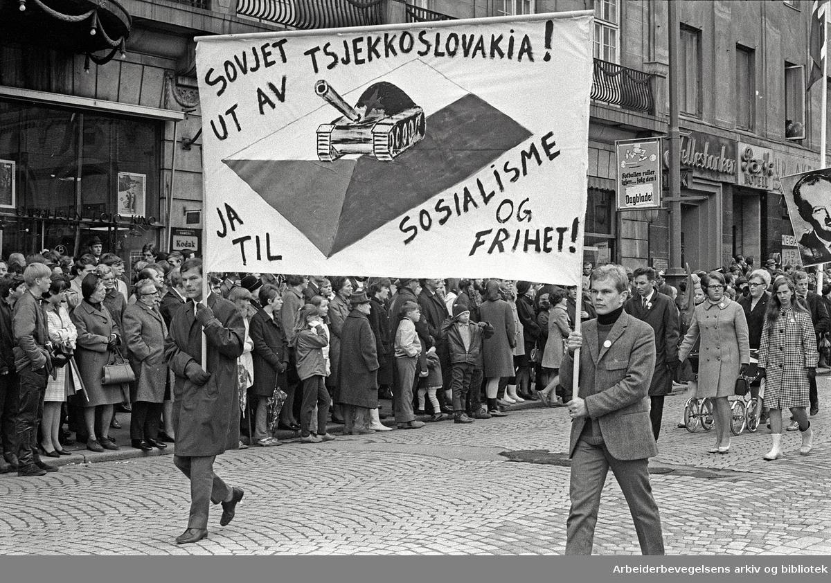 1. mai 1969 i Oslo.Demonstrasjonstoget i Karl Johans gate.Parolet: Sovjet ut av Tsjekkoslovakia.Ja til sosialisme og frihet