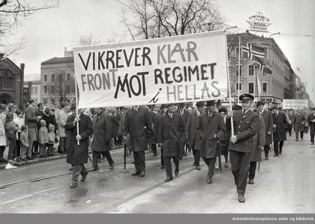 1. mai 1969 i Oslo.Demonstrasjonstoget.Parole: Vi krever klar front mot regimet i Hellas