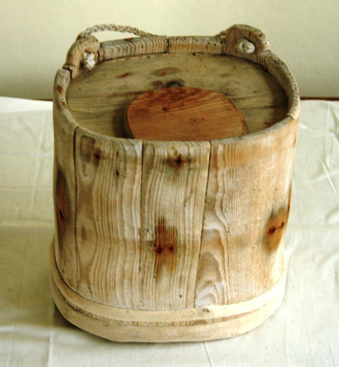 Ovalt stort saltkar med lok og hank.
