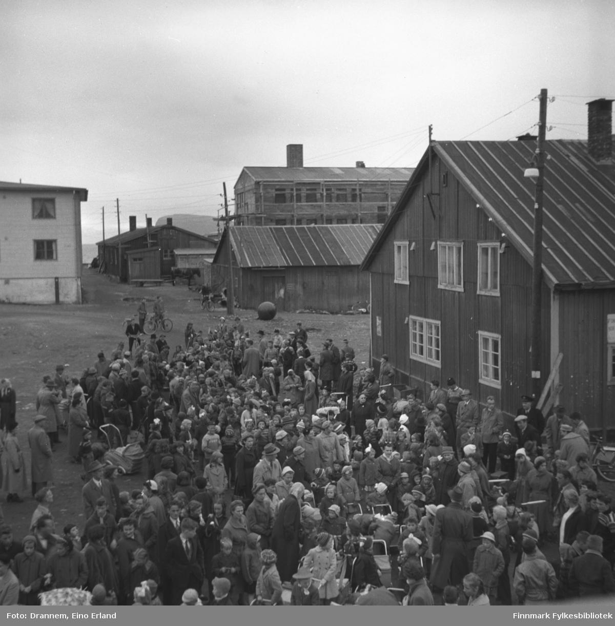 Masse folk samlet i Hammerfest sentrum (Barnas dag)