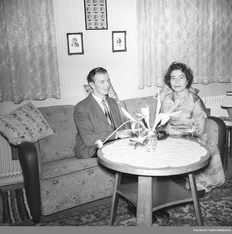 Ekteparet Eino og Jenny Drannem fotografert i sofaen