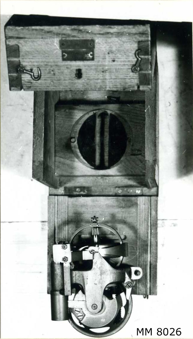 """Vinkelgyroskop till 45 cm torped M/93. Nr 1931. Lådan märkt: """" Reserv. M: 93 A. Whitehead Co No 1931 Fiume."""". Förvaras i låda av trä."""