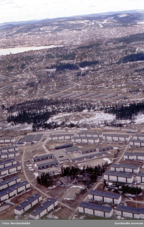 Flygfoto över Bosvedjans skola och bostadsområde 1971, i en vy ner mot Sundsvallsfjärden och Skönsmon. Klackvägen, Hagavägen.